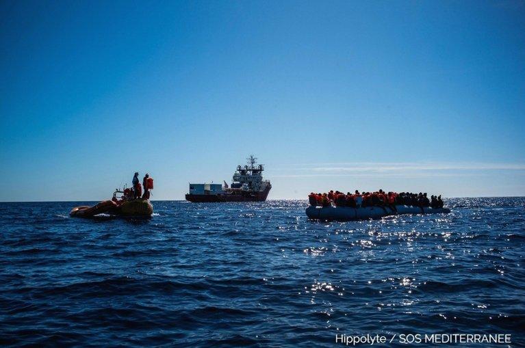 """عملية لإنقاذ المهاجرين بواسطة السفينة """"أوشن فايكنج""""، التابعة لـ أس أو أس ميديتيراني وأطباء بلا حدود، بالقرب من سواحل ليبيا. المصدر: أس أو أس ميديتيراني إيطاليا."""