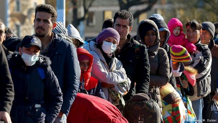 Des réfugiés attendant à la frontière germano-autrichienne près de Passau