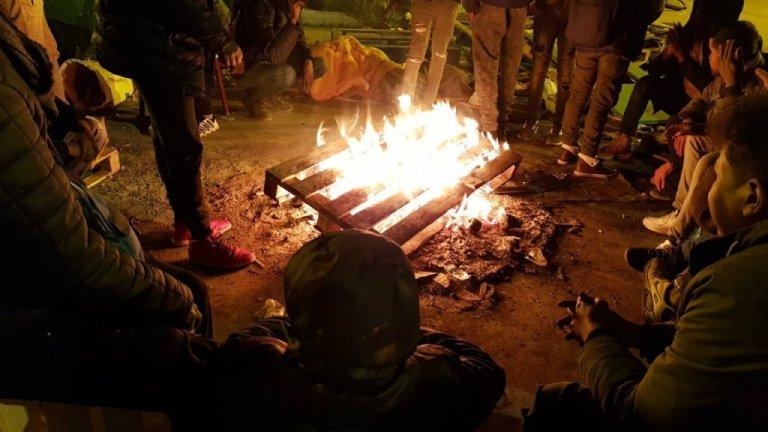 تعدادی از مهاجران در پاریس خود را دور آتش گرم می کنند. عکس از مهاجرنیوز/ان دیاندره لوارن