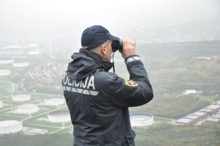 عنصر من الدورية على الحدود المشتركة بين إيطاليا وسلوفينيا. الصورة: دانا البوز