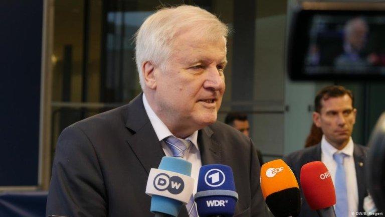 السياسي المحافظ هورست سيهوفر ، البالغ من العمر 71 عامًا ، هو وزير الداخلية الاتحادي الألماني منذ مارس 2018   الصورة: B. Riegert / DW
