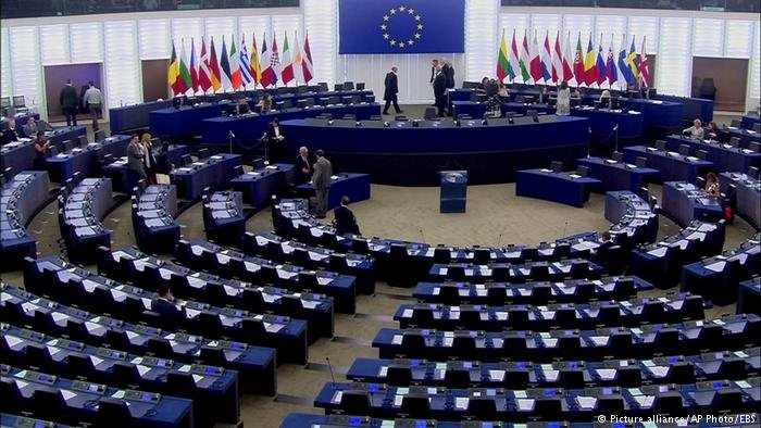 تحضر الأحزاب الأوروبية برامجها للانتخابات الأوروبية المقبلة والتي تشغل فيها سياسة الهجرة واللجوء مكانة بارزة