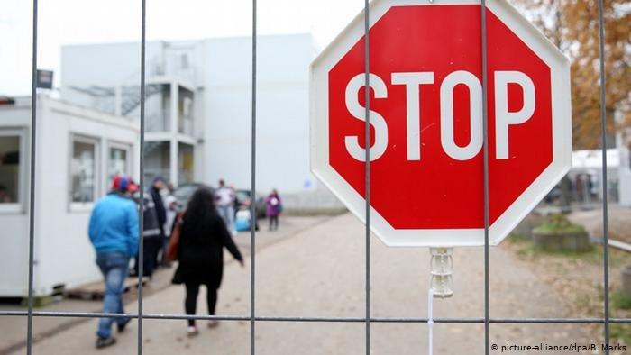 picture-alliance/dpa/B. Marks |الإعلان عن إصابة طالب لجوء بفيروس كورونا في مركز الاستقبال الرئيسي بمدينة شفرين في ولاية مكلنبورغ فوربومرن