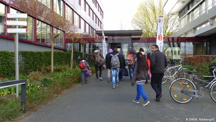 مجلس الاندماج يمثل مصالح المهاجرين في البلديات. الصورة للاجئين أمام مبنى بلدية بورنهايم في ألمانيا