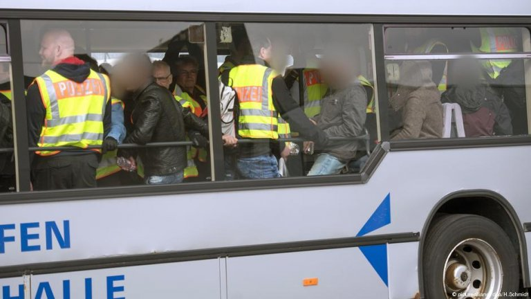 Police accompany Tunisian deportees | Photo: Picture-alliance/dpa/H.Schmidt