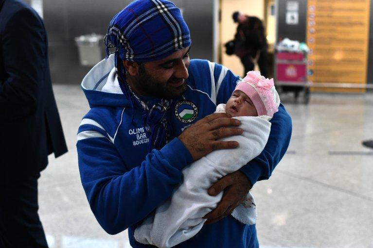 AFP/Aris Messinis  Réfugié en partance pour la France dans le cadre du programme de relocalisation européen, aéroport international d'Athènes, le 18 octobre 2017: le ministre grec des Migrations a souhaité que le programme soit prolongé notamment pour les enfants.