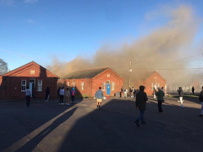 مشهد من الحريق الذي أتى على مركز نابير لاستقبال المهاجرين في كنت جنوب شرق بريطانيا. الصورة مأخوذة من فيديو نشر على تويتر