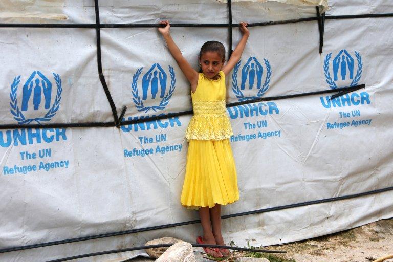 Une jeune syrienne pose devant une tente dans le camp de réfugiés de Zahrani, au sud du Liban, le 13 juin 2018. Crédit : REUTERS.