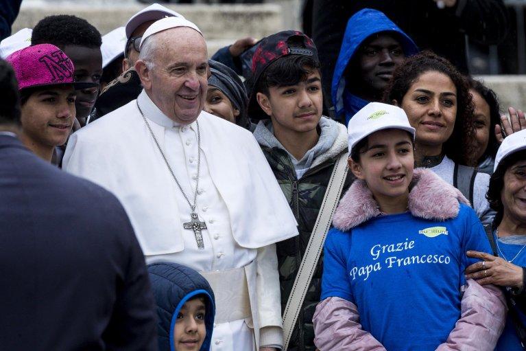 Ansa / البابا فرنسيس في لقاءه مهاجرين وافدين من ليبيا خلال الصلاة العامة الأسبوعية في ميدان سانت بيتر بالفاتيكان في 15 أيار/ مايو 2019. المصدر: أنسا/ أنجيلو كاركوني.