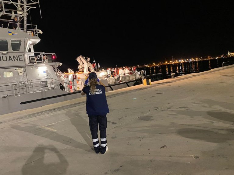 This French navy ship brought migrants to the port of Palma in Mallorca | Source: Screenshot from El Pais, 22 September 2020