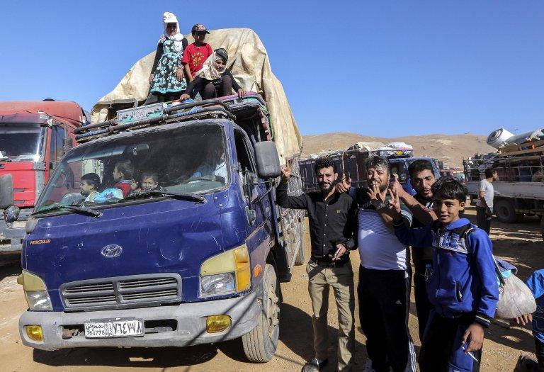 """ansa / سوريون ينتظرون إجلاءهم من مخيم اللاجئين في عرسال، شرق لبنان. المصدر: """"إي بي إيه""""/ نبيل منذر."""