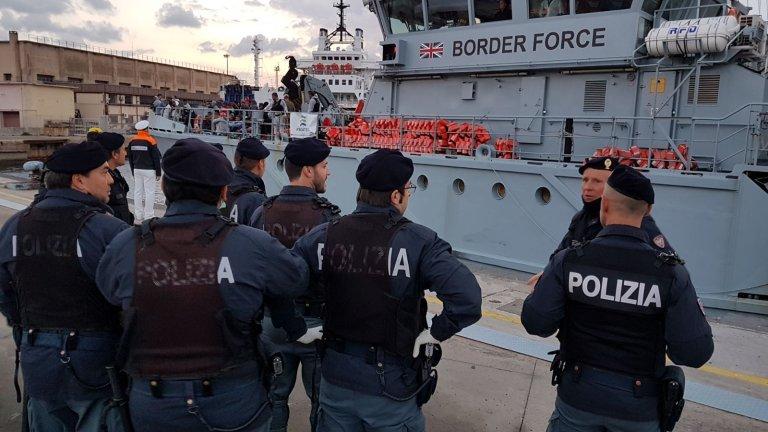 ansa / عناصر الشرطة الايطالية في ميناء باليرمو، تنتظر وصول سفينة تقل مهاجرين تم إنقاذهم خلال عطلة الأسبوع الماضي