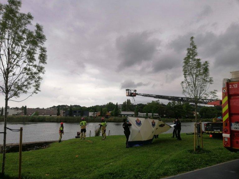 Les pompiers basques près du fleuve franco-espagnol de la Bidassoa, où le corps d'un migrant a été repêché, le 22 mai 2021. Crédits : Capture d'écran Twitter