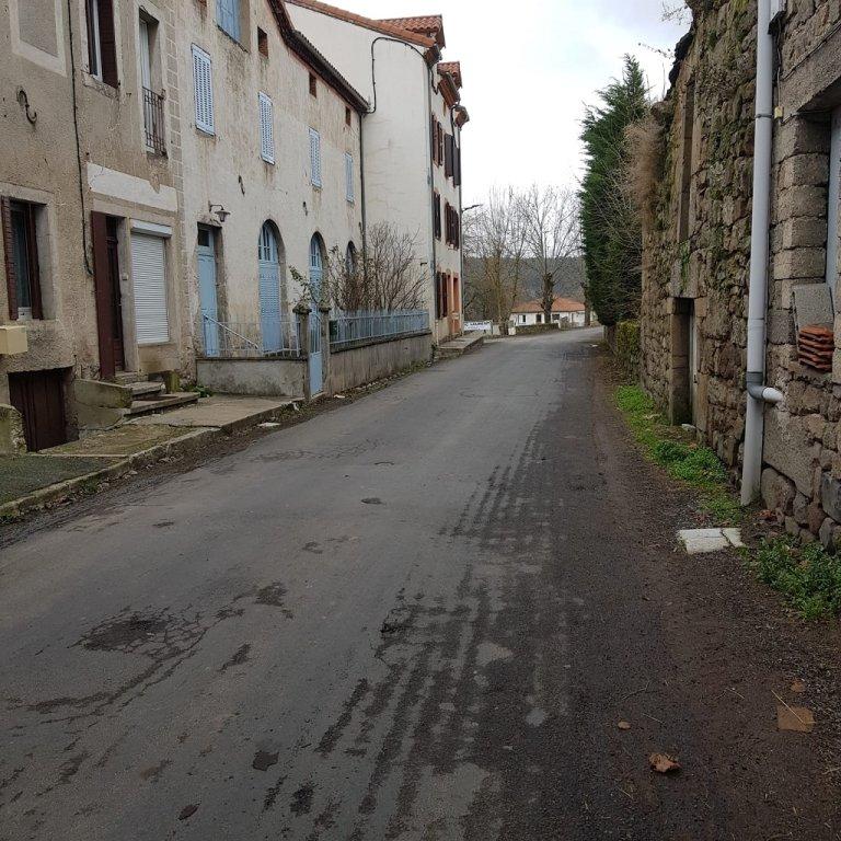 القرية معزولة تماما، فهي تقع في منطقة غابات وجبال وتفتقر للخدمات الأساسية المفترض تواجدها في أي قرية مسكونة. حسان، طالب لجوء سوري في فرنسا