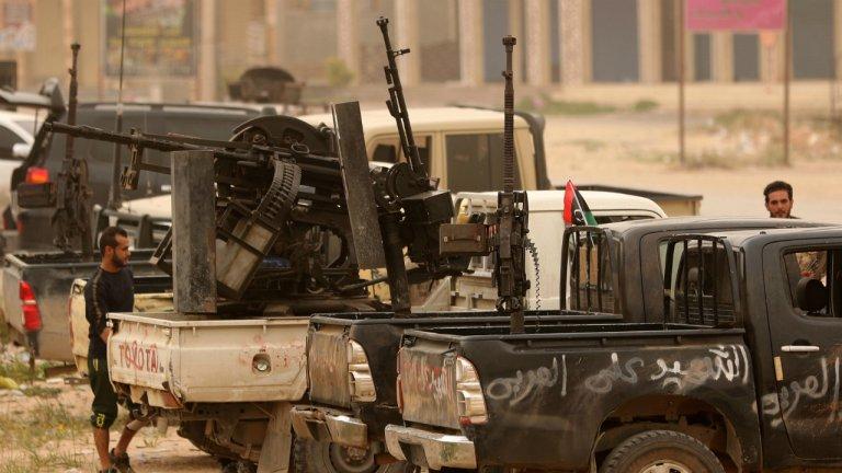 أفراد من قوات حكومة الوفاق الليبية المعترف بها دوليا يستعدون لمواجهة قوات الجيش الوطني في عين زارة في طرابلس، 21 نيسان/أبريل 2019. رويترز