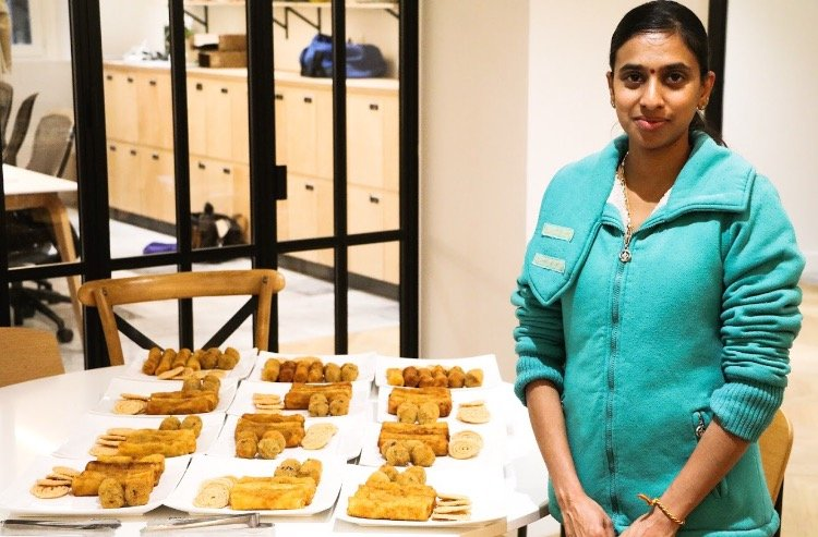 Nitharshini Mathyalagan lors d'une prestation culinaire au siège de Airbnb France. Crédits : Jawad Allazkani