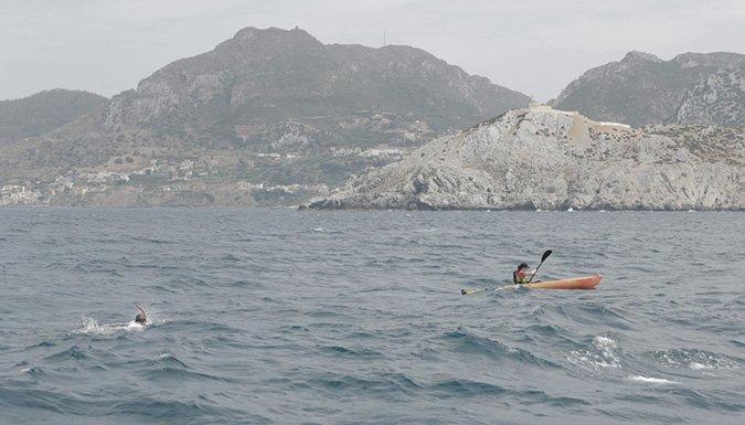Maria Guerra et Alain Gomez, deux compagnons d'Emmaüs, ont déjà traversé le détroit de Gibraltar à la nage et en kayak en août 2015. Crédits : emmaus-france.org