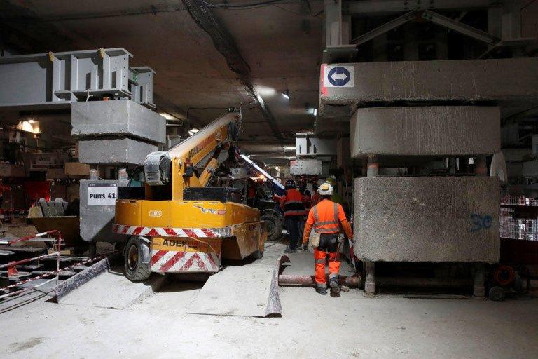 REUTERS / Benoit Tessier |Un ouvrier travaille sur le chantier du projet Eole, dans le prolongement de la ligne E du réseau ferré RER, à la gare CNIT La Défense, près de Paris, le 13 mai 2019.