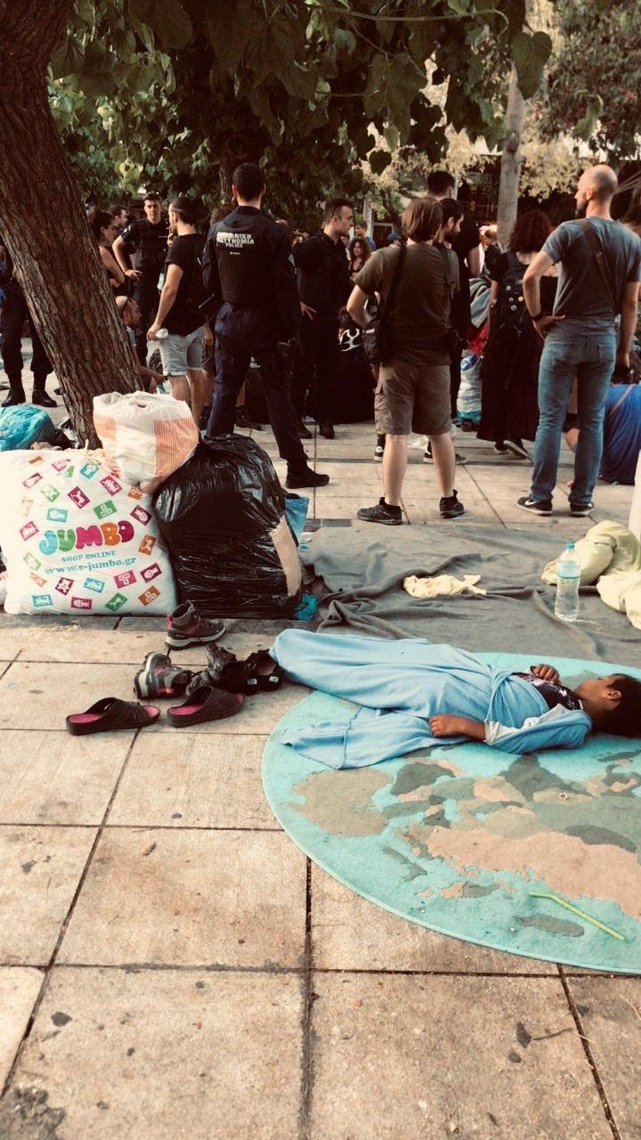 """لاجئون مشردون في ساحة """"فيكتوريا"""" في أثنيا. الصورة من تويتر/ديمترس رابيديس"""