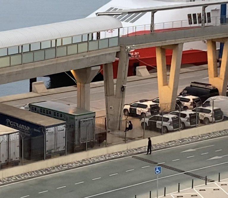 Deux jeunes escaladent la clôture du port de Melilla, jeudi 20 mai 2021. Crédit : InfoMigrants