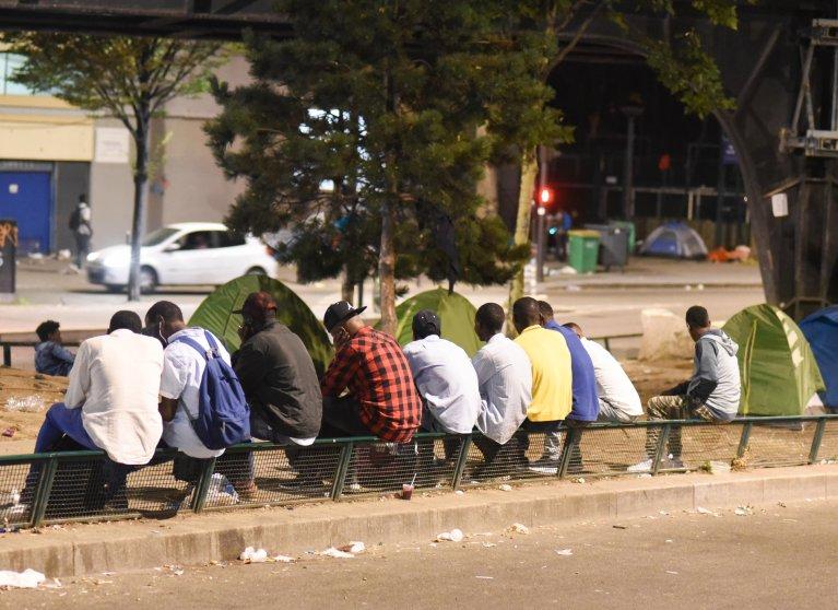 Des migrants campent près du centre humanitaire, Porte de La Chapelle. Crédit : Mehdi Chebil.