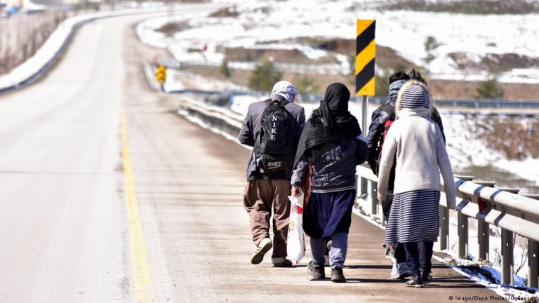 Refugees walk along the side of the road in Turkey | Photo: Imago/Depo Photos/O.Sagsoz