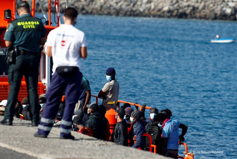 Dozens of migrants arrived in Arguineguin, Gran Canaria, on October 15, 2020 | Photo: Borja Suarez/Reuters