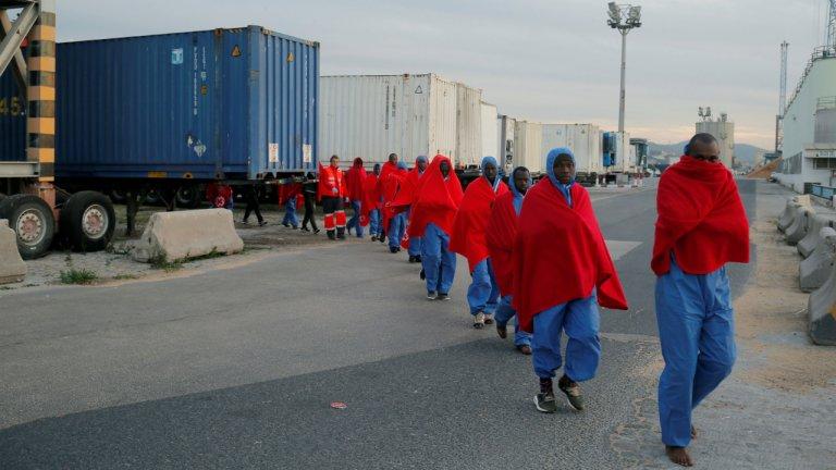 Des migrants secourus en Méditerranée arrivent au port de Malaga en Espagne, le 15 janvier 2018. Crédit : Reuters / Jon Nazca