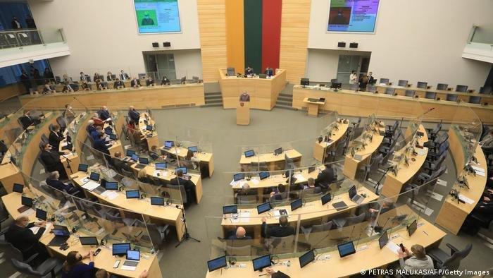 وافق جميع البرلمانيين تقريبًا على مشروع القانون | الصورة: Petras Malukas / Getty Images