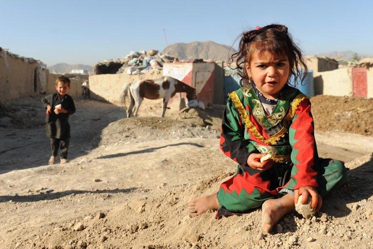 ANSA / أطفال نازحين أفغان يلعبون خارج ملجأ مؤقت على أطراف كابول. الصورة: إي بي أيه/ هداية الله أميدي.