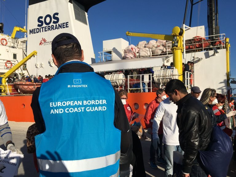 """لاجئون يترجلون من سفينة """"أكواريوس"""" في مرفأ بوزالو في إيطاليا في 27 نيسان/أبريل 2017. الصورة: شارلوت بواتيو"""