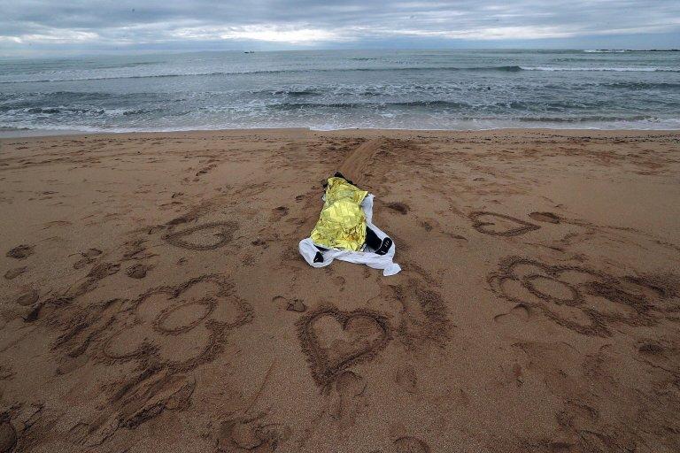 ansa / جثة مهاجر عثر عليها يوم الاثنين الماضي على الشاطئ في منطقة فارو دي ترافالغار في قادس، جنوب إسبانيا. المصدر: إي بي إيه، رومان ريوس