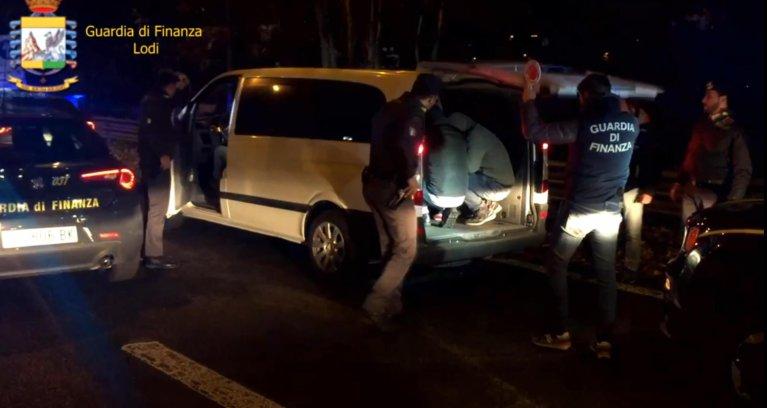 ANSA / جزء مصور لعملية المداهمة التي نفذتها الشرطة في لودي، حيث تم تفكيك منظمة إجرامية كانت تقوم بتسهيل الهجرة غير الشرعية. المصدر: أنسا/ الشرطة المالية في لودي.