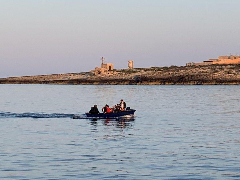 Un canot de migrants tunisiens arrive à Lampedusa. Crédit : ANSA/ELIO DESIDERIO