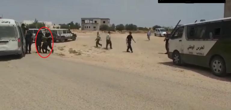 صورة ملتقطة من فيديو منشور على فيسبوك يظهر تعرض المهاجرين المتظاهرين للتوقيف أثناء تحركهم السلمي في مدنين الخميس 20 حزيران/يونيو