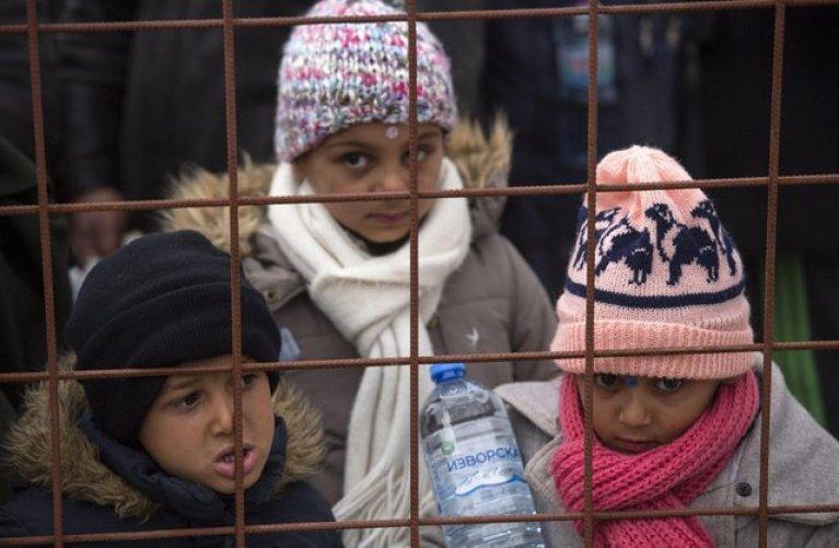 أطفال لاجئون ينتظرون بالقرب من منطقة جيفيجيليا في مقدونيا لركوب القطار المتجه إلى صربيا. المصدر: إي بي إيه / جيورجيي ليكوفيسكي.