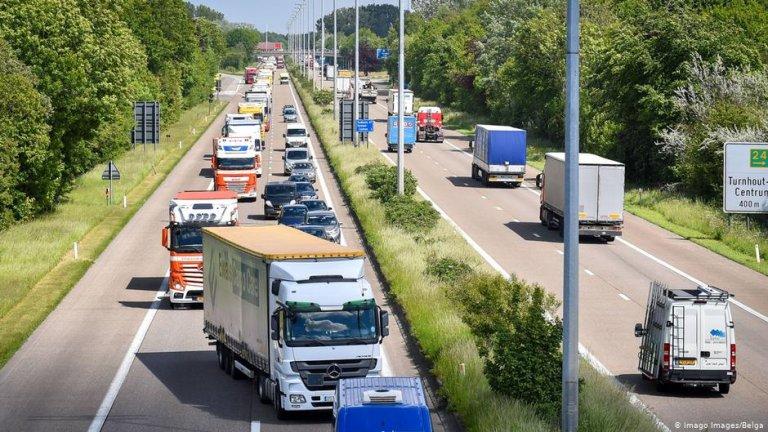 Des camions sur une autoroute en Belgique. Crédit : Imago Images/Belga