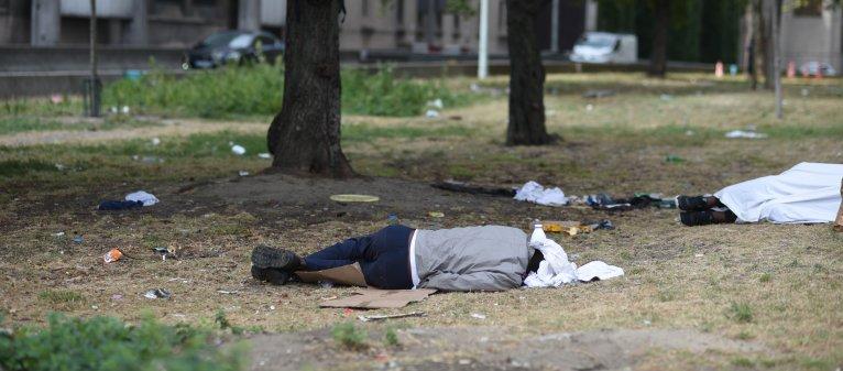 Un migrant dort porte d'Aubervilliers, dans le nord de Paris. Crédit : Mehdi Chebil