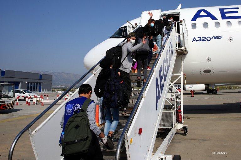 Des migrants mineurs non-accompagnés embarquent à l'aéroport d'Athènes, en avril 2020, afin d'être relocalisés dans différents pays européens. | Photo: Reuters / Orestis Panagiotou