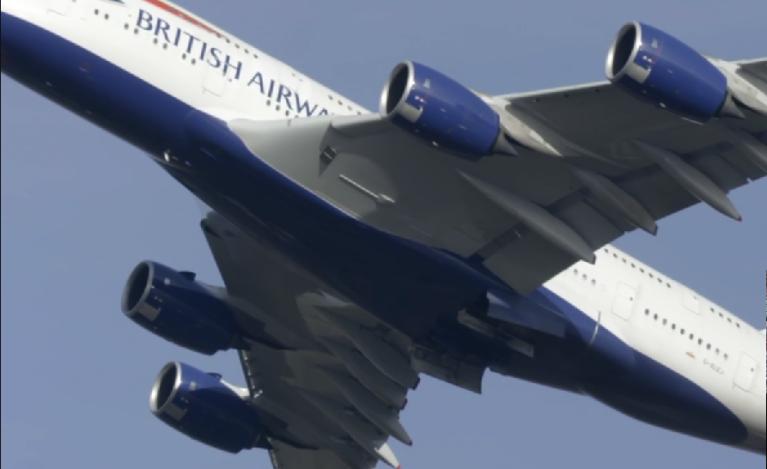 یکی از دو مسافر قاچاق پرواز ۱۱ ساعته شرکت هواپیمایی «British Airways» که از یوهانس بورگ به سوی لندن پرواز می کرد، کشته شد. دیگری جان به در برد. ریچ بنتلی، مستندساز بریتانیایی فلمی در این باره ساخته است به نام «مردی که از آسمان افتاد»/منبع: اسکرین شات از کانال 4/Postcard Productions