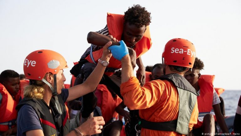 Sea-eye crew with migrants | Photo: Picture-alliance/dpa/F.Heinz