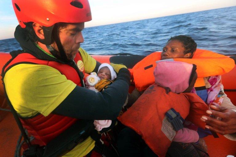 """أحد عاملي الإنقاذ على متن سفينة """"أوبن آرمز"""" خلال عملية إنقاذ لمهاجرين في المتوسط. أرشيف"""