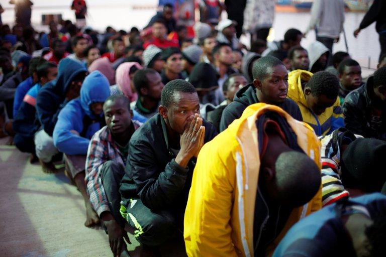 REUTERS/Ahmed Jadallah |Des migrants sur une base navale à Tripoli, après avoir été secourus en mer par la marine libyenne, le 4 novembre 2017.