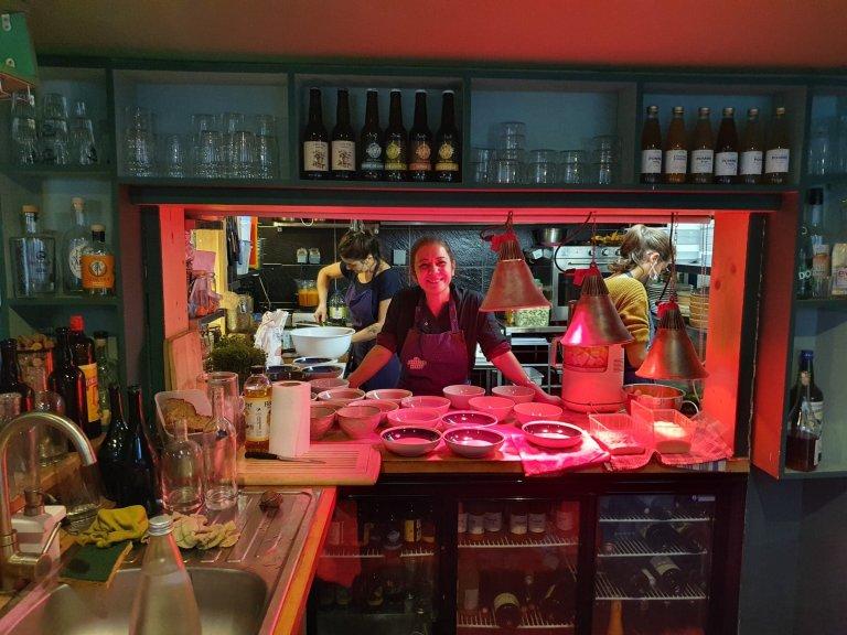 """سعدیه حسابی در رستورانت """"موویز هرب"""" در شهر لیون فرانسه. عکس: مهاجرنیوز"""
