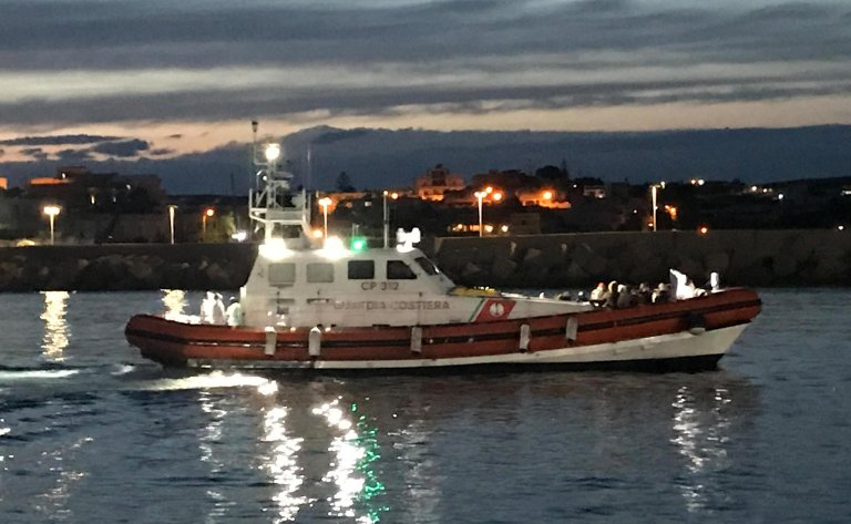سفينة خفر السواحل الإيطالية متجهة إلى ميناء لامبيدوزا وعلى متنها عشرات المهاجرين بعد اعتراض قاربهم. الصورة: ANSA / ELIO DESIDERIO