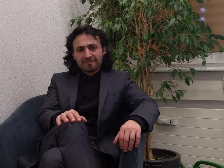 Musa Deli dirige le centre de santé pour migrants de Cologne depuis l'été dernier.   Photo: Emma Wallis / InfoMigrants