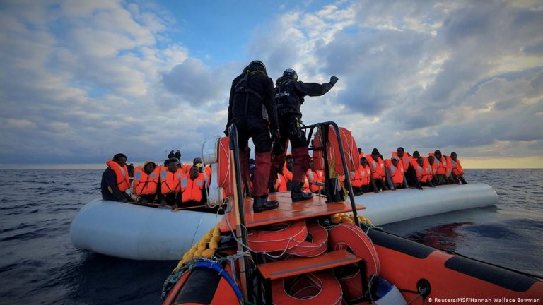 Rescuers help migrants on a raft at sea | Photo: Reuters/MSF/Hannah Wallace Bowman