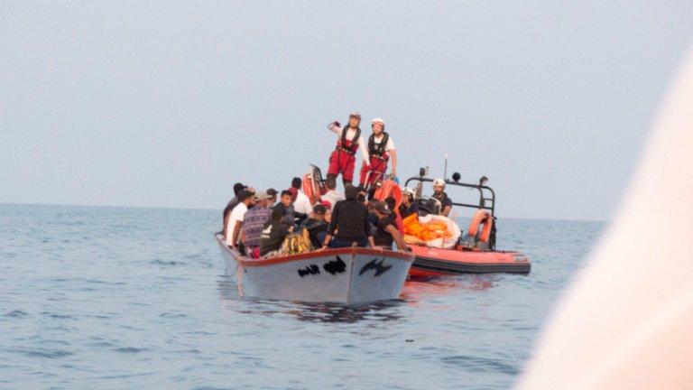 Les 36 personnes secourues jeudi 19 septembre étaient en difficulté sur une petite embarcation en bois. Crédit : Twitter / SOS Méditerranée