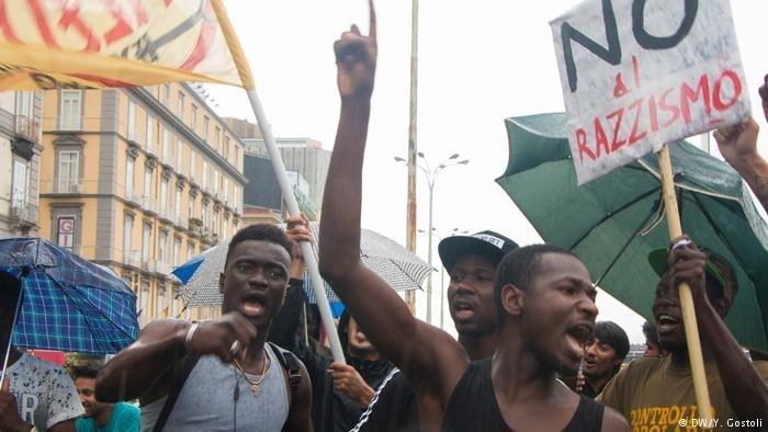 Manifestants lors d'un rassemblement anti-raciste à Naples. Crédit: DW/Y. Gostoli