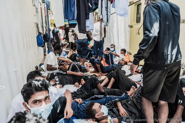 Plus de 500 personnes s'entassaient  ces derniers jours sur l'Ocean Viking, sous un soleil de plomb. Crédit : SOS Méditerranée / Flavio Gasperini